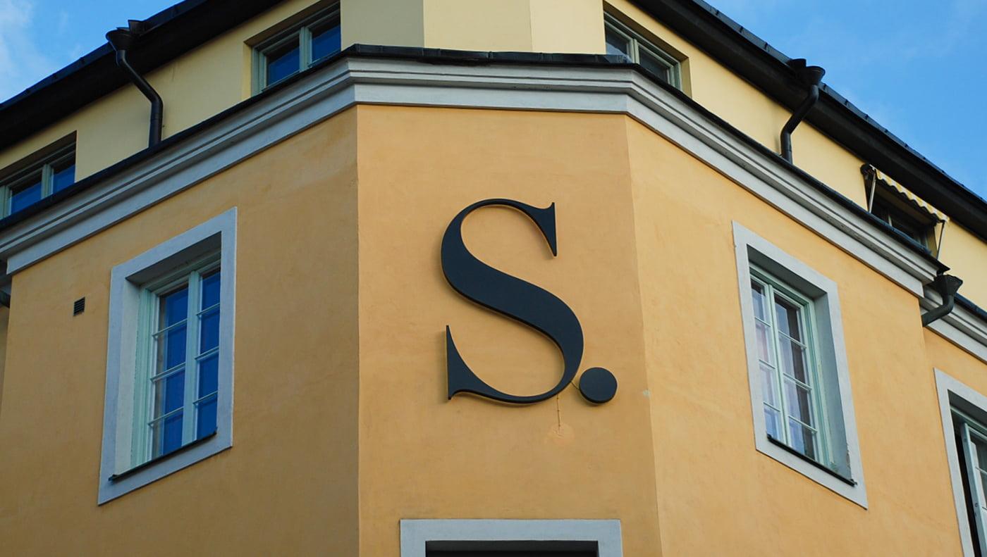 Svart logga S